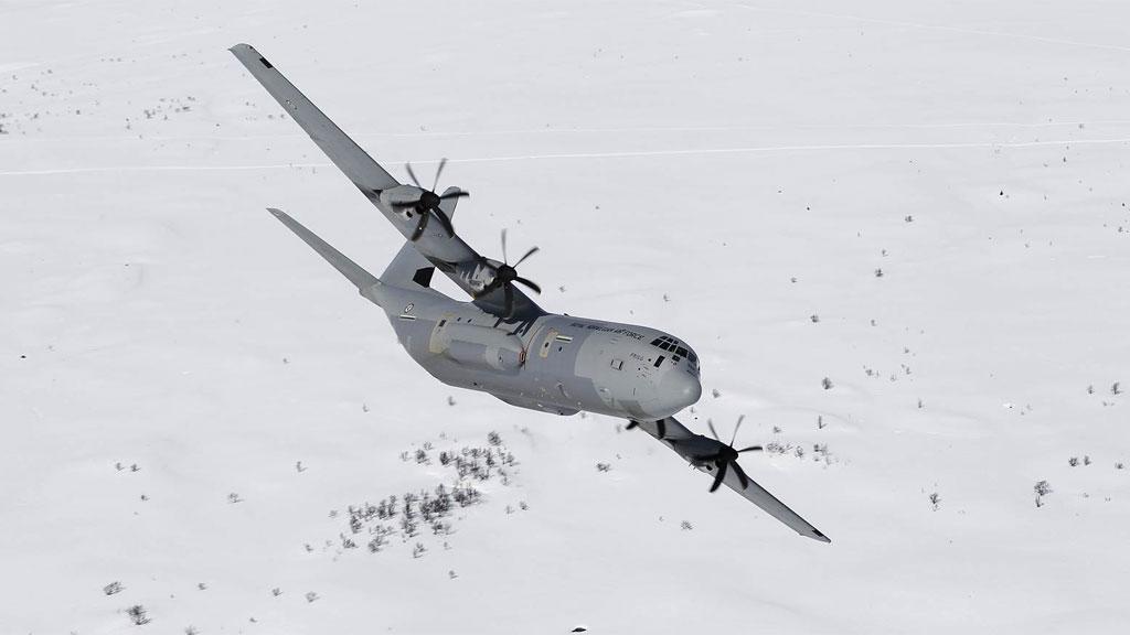 SAVNET: Det er et fly av denne typen, C-130J Hercules, som er savnet ved Kiruna.  (Foto: Forsvaret)