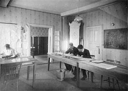 Ingen pc'er å se på Værvarslinga på Vestlandet da dette bildet ble tatt en gang mellom 1918 og 1929. (Foto: UiB)