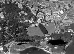 Geofysisk institutt fikk nytt bygg i 1928, midt på bilde. Den staselige bygningen viser hvor viktig meteorologien var i Bergen. (Foto: UiB)