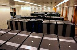 En av de to IBM POWER6 Cluster 1600 systemene hos ECMWF. Totalt har systemene en regnekraft på 20 TFLOPS, og 1,2 petabyte med lagringskapasitet. (Foto: ECMWF)