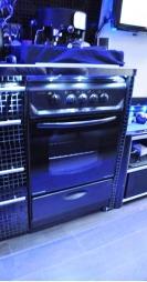 På kjøkkenet finner du kjøleskap med fryser, komfyr, mikrobølgeovn og egentlig alt du forventer i et helt vanlig hus.