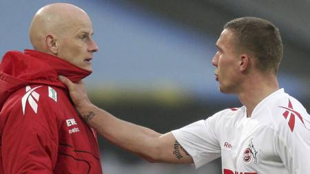 Lukas Podolski og Ståle Solbakken (Foto: ROLF VENNENBERND/Afp)
