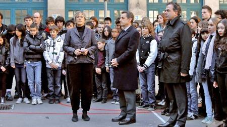 Nicolas Sarkozy ett minutts stillhet (Foto: AFP)
