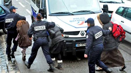 Politi og barn Toulouse (Foto: AFP)