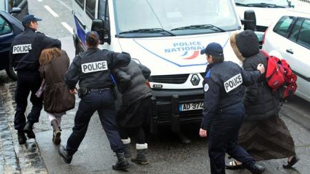 LIVREDDE ELEVER: Fransk politi eskorterer elever bort fra den jødiske skolen i Toulouse hvor fire personer ble drept mandag. (Foto: Remy Gabalda/AFP)