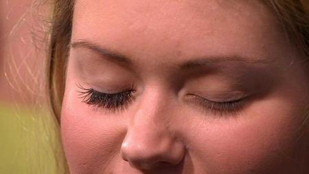 Se forskjellen! Her har modellens høyre øye fått øyenvipp-extensions,   mens venster øye viser modellens naturlige vipper. (Foto: God morgen   Norge)