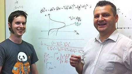 WARP-FORSKERE: Brendan McMoingal (t.v.) og professor Geraint Lewis ved Universitetet i Sydney har forsket på effektene av å resie med warp-hastighet. (Foto: Universitetet i Sydney/)
