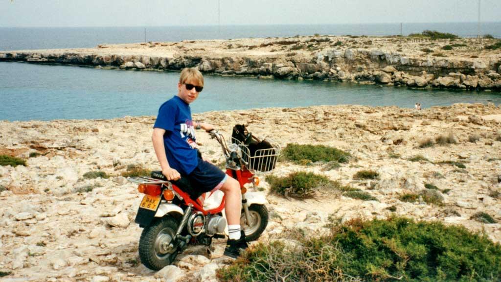 ULOVLIG: På Kypros tyvlåner Anders (14) en moped. - Dette er den eneste gangen jeg var sint på ham, sier stemoren. (Foto: Privat/TV2)