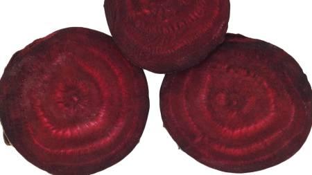 RØDBET: Det er ikke så vanlig å spise rødbeter som snacks, men   i helsekostforretninger finnes det chips som er laget av denne grønnsaken.   Kan være verdt å prøve som snakcs i påsken. (Foto: Illustrasjonsbilde   / Colourbox/)