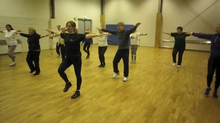 ELDRETRENING: Sport2u er Bergen kommunes nye treningstilbud   til ungdom og eldre over 60 år. Her er deltakere i aksjon i Fysakhallen.   Instruktør er Guro Øvsthus. (Foto: Eivind A. Pettersen/)