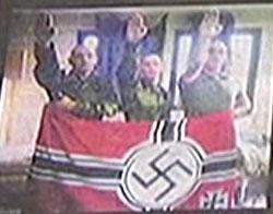 Tre fallskjermsoldater med nazi-hilsen (Foto: TF1)