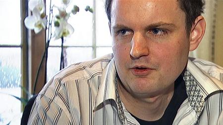 REDDET I SISTE LITEN: Lars Martin Teigen fikk beskjed om at han kun hadde uker igjen å leve. En ny kreftmedisin som var under utprøving stoppet utviklingen av kreftsvulster i hjernen hans.  (Foto: Robert Reinlund/TV 2)