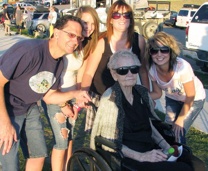 STOLTE: Litt av familien samlet rundt den sporty 101-åringen.