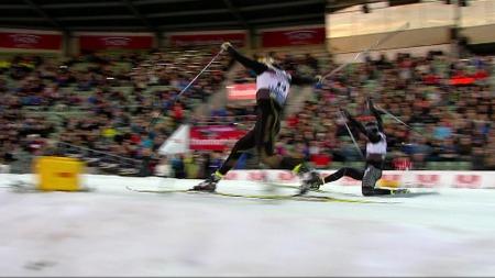 Emil Jönsson slår Ola Vigen Hattestad på 500m på Bislett. (Foto: TV 2)