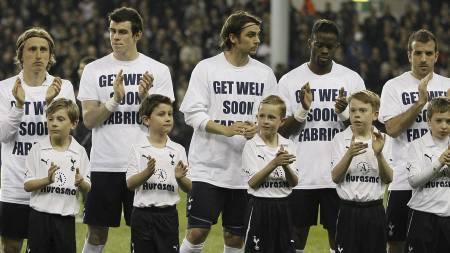 Spillere og maskoter før Tottenham-Stoke gikk med t-skjorter som støttet Fabrice Muamba, spilleren som kollapset på White Hart Lane med hjertestans lørdag. (Foto: Alastair Grant/Ap)