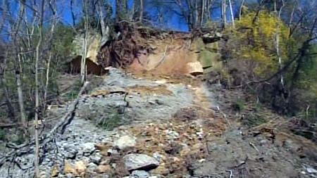 LØSNET: Mye regn og løse røtter skal ha ført til at steinen løsnet fra toppen av åssiden.  (Foto: CBS)