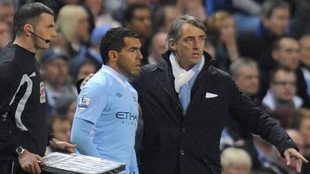Roberto Mancini gir sine instruksjoner til Carlos Tévez, som var tilbake for City mot Chelsea etter et halvt år med krangling. (Foto: ANDREW YATES/Afp)