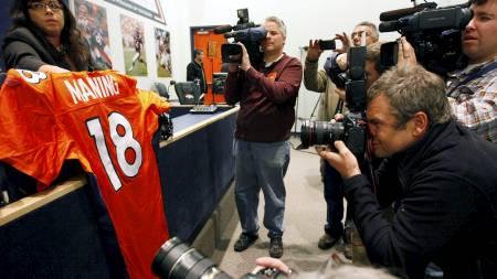 Interessen for Peyton Mannings trøye nummer 18 var enorm på pressekonferansen til Denver Broncos. (Foto: RICK WILKING/Reuters)