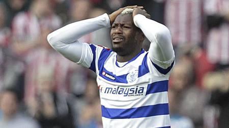 Djibril Cissé fortviler etter at han   ble utvist mot Sunderland. (Foto: GRAHAM STUART/Afp)