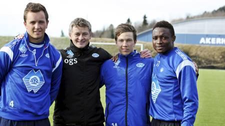 NYKOMMERNE: Ole Gunnar Solskjær sammen med sine nykommere Even Hovland, Martin Linnes og Emmanuel Ekpo. (Foto: Herskedal, Kjell/Scanpix)