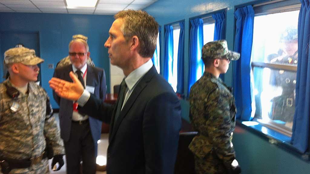 PÅ GRENSEN: Statsminister Jens Stoltenberg (Ap) er på grensen mellom Sør- og Nord-Korea der samtaler om atomsikkerheten i verden skal finne sted.  (Foto: Aslak M. Eriksrud / TV 2)