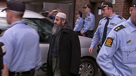HER PÅGRIPES HAN: Dagen etter at han ble dømt til fem år i fengsel,   ble mulla Krekar pågrepet av politiet. (Foto: TV 2)