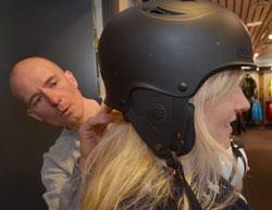 De dyreste hjelmene har skall av karbonfiber, det gjør den litt lettere. (Foto: Ronald Toppe)