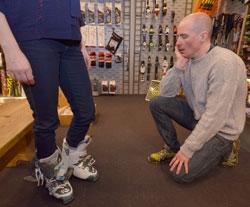 Eli Kari har smale føtter og smale legger, det bestemmer hvilke støvler hun bør velge. (Foto: Ronald Toppe)
