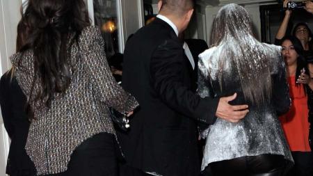 FOR MYE SMINKE?: Kardashian tok anrepet med godt humør og spøkte i ettertid om at sminkøren hadde brukt litt for mye pudder.  (Foto: Afp)