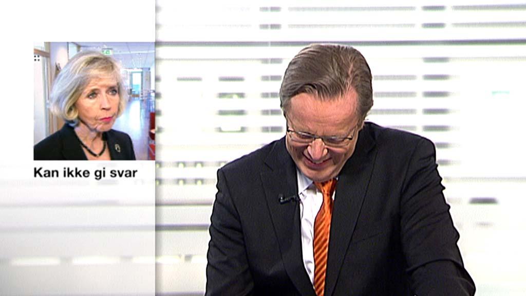 LATTERMILD: Nyhetsanker Arill Riise klarte ikke la være å le under 21-sendingen fredag kveld. (Foto: TV 2)