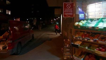 LØPER OG GJEMMER SEG: TV 2s team forsøkte å komme i kontakt med de som kastet stein, men da løp de og gjemte seg.  (Foto: TV 2)