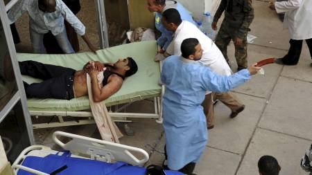 FLERE HUNDRE SKADDE: En skadet mann på veg inn på sykehuset for behandling, etter kamper i Sabha torsdag. (Foto: ESAM OMRAN AL-FETORI/Reuters)
