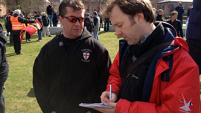 HØYREEKSTREM: Lederen for Norwegian Defence League, Ronny Alte, intervjues av en journalist i forbindelse med demonstrasjonen i Mølleparken i Århus. (Foto: Bent Skjærstad/TV 2)