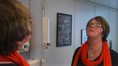 Bjørg (67) tar drar alltid skjerfet godt rundt halsen om hun skal ut blant folk. Når hun ser seg selv i speilet er det kun halsen hun ser...  (Foto: God morgen Norge)