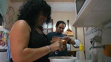MATRASJONER: Ekteparet Lenia og Ray lager middag på kjøkkenet. På Cuba gjelder det å være kreativ med de råvarene man har tilgjengelig. (Foto: Santiago Vergara/TV 2)