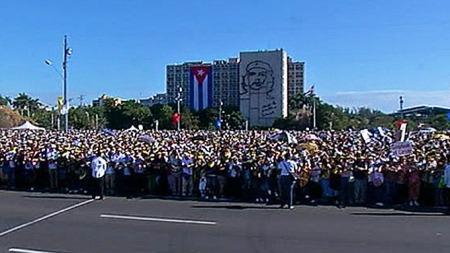 SJELDENT BESØK: Over 300.000 mennesker deltok på den katolske messen med pave Benedikt XVII på Revolusjonsplassen i Havanna mandag. (Foto: AP)