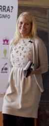 MED SAMME KJOLE: Mette-Marit hadde første gang på seg den kremhvite   kjolen med perledetaljer under Ungdommens bystyremøte i Oslo Rådhus i   2010.