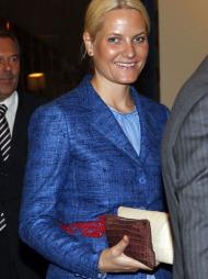 BLÅTT TIL LYST: Den lyseblå kjolen har Mette-Marit tatt i bruk   ved flere anledninger, det samme gjelder den blåspettede jakken.