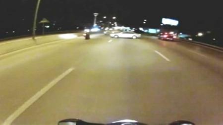FILMA: Ein motosyklist som kom bak filma nestenulykka. (Foto: CBS)