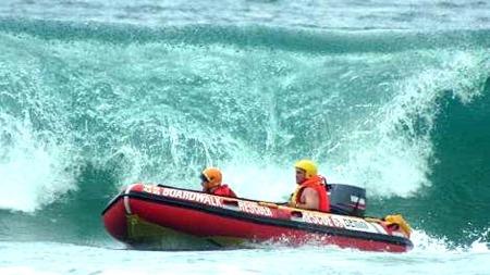 FÅ STYRKER: Det var berre fem badevakter på jobb på den aktuelle   stranda på sundag. I tillegg kom to badevakter stormande til frå ein   post i nærleiken, for å hjelpa til med redningsarbeidet. (Foto: South   Africa's National Sea Rescue Institute (NSRI))