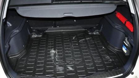 Bagasjerommet i Honda CR-V er ikke av de største - men er ganske praktisk ved at baksetene kan flyttes framover og at det kan brukes i to etasjer om ønskelig.