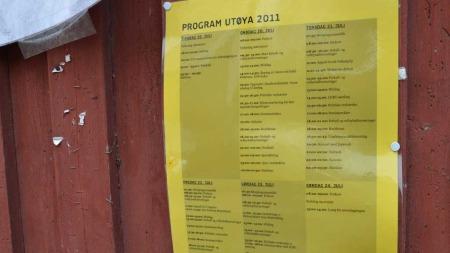TETTPAKKET: Programmet for sommerleiren henger fortsatt på en av bygningene. (Foto: Lars Barth-Heyerdahl)