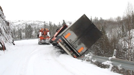 TIPPAR: Her går det gale, og ein kan sjå den latviske traileren har byrja å tippa over kanten. Framleis med føraren inni.  (Foto: Gunn Iren Johnsrud)