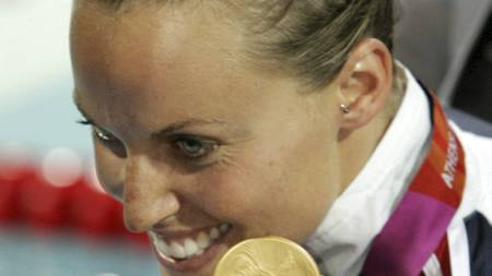 Amanda Beard, of the United States, celebrates with her gold medal from the 200-meter breastroke at the Olympic Aquatic Centre during the 2004 Olympic Games in Athens, (Foto: MARK J. TERRILL/AP)