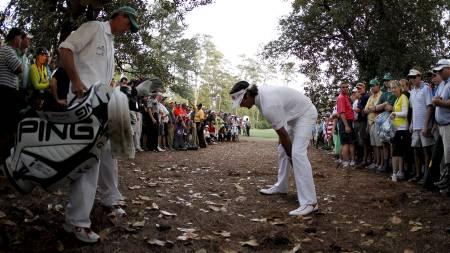 INNSPILLET: Fra denne posisjonen slo Bubba Watson slaget som avgjorde US Masters. (Foto: STREETER LECKA/Afp)
