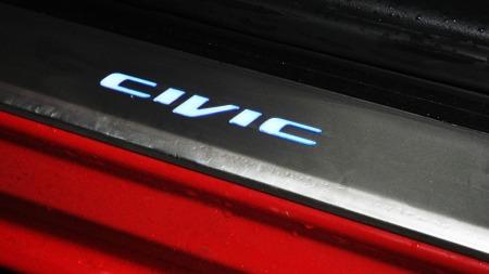 Opplyst modellbetegnelse i dørstokken er en av flere detaljer som bidrar til økt premiumfølelse i nye Civic.