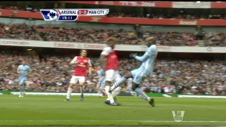 Mario Balotelli stempler Alexandre Song i kampen mellom Arsenal og Manchester City. (Foto: PLP)