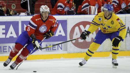 Sveriges Johan Harju og Norges Tommy Kristiansen i aksjon under privatlandskampen i ishockey mellom Norge og Sverige på Jordal Amfi. (Foto: Øijord, Thomas Winje/Scanpix)