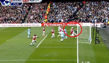 Arsenals Thomas Vermaelen hinder scoring for eget lag i kampen mot Manchester City. (Foto: PLP)