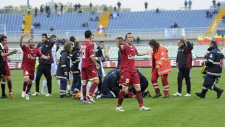 PANIKKEN:  Piermario Morosini fikk hjertestans på banen under en Serie B-kamp mellom Pescara og Livorno. Han ble gjenopplivet på banen, men døde senere i ambulansen. (Foto: Cristiano Chiodi/Ap)